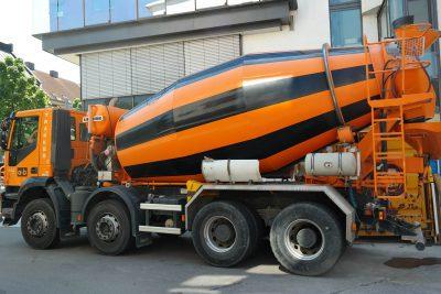 Pomaranczowo-czarna-betoniarka-samochodowa